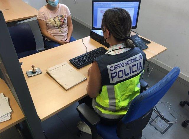 Agentes de la Policía Nacional, durante la investigación