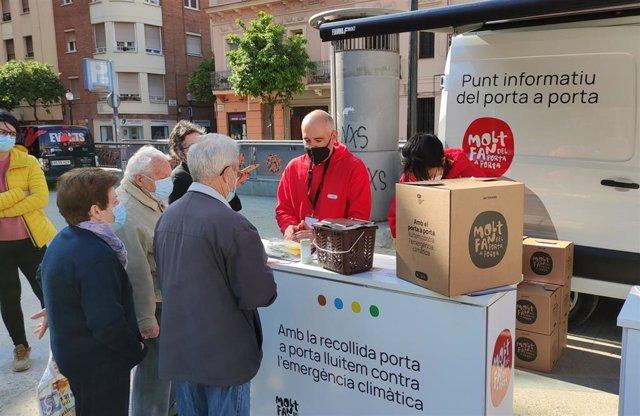 Archivo - Punto informativo del sistema de recogida de residuos 'Puerta a puerta' en el barrio de Sant Andreu de Barcelona