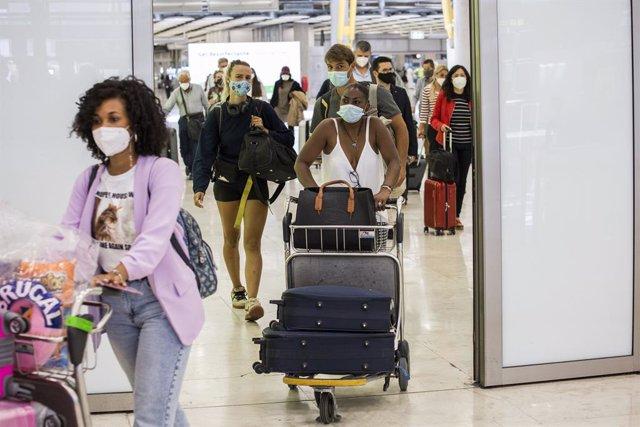 Pasajeros a su llegada a las instalaciones de la Terminal T4  del Aeropuerto Adolfo Suárez Madrid-Barajas, en Madrid, (España).