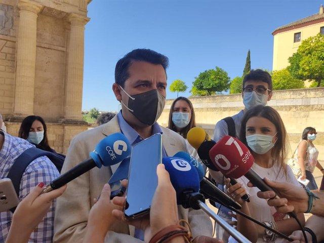 El alcalde de Córdoba, José María Bellido, atiende a los periodistas.