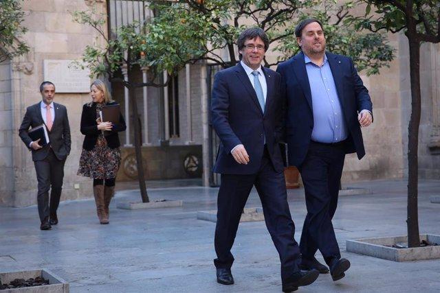 Archivo - El expresidente de la Generalitat Carles Puigdemont y el exvicepresidente Carles Puigdemont en una reunión del Govern en 2017. ARCHIVO.