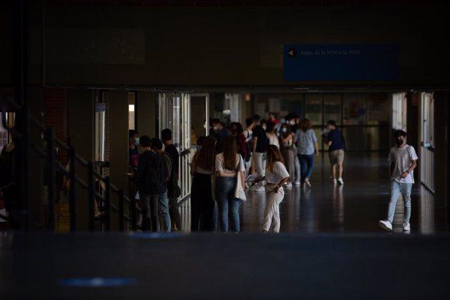 Arxiu - Un grup d'estudiants arriba a la Facultat d'Economia i Empresa per fer els exàmens de la selectivitat 2021
