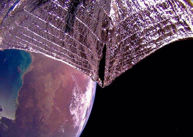 Vela de LightSail 2 con la Tierra de fondo