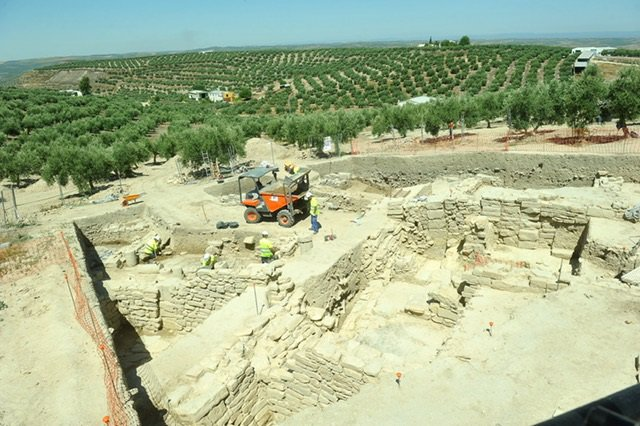 Las casas romanas de la Calderona con el cerro de Los Alcores al fondo.
