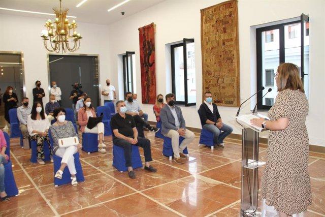 La diputada Rosa Tirador, en el acto de entrega de los proyectos del PFEA para 15 ayuntamientos redactados por la Diputación.