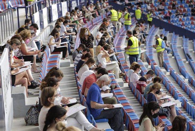 Cerca de 3.000 personas toman las gradas del estadio del Levante UD en la oposición de administrativos de la Diputación