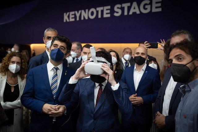 El president de la Generalitat, Pere Aragonès, i el vicepresident, Jordi Puigneró, durant la seva visita a l'estand de la Generalitat en el Mobile World Congress 2021