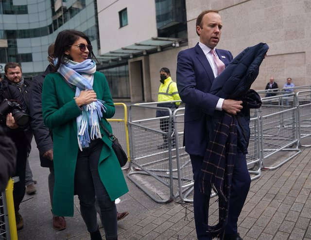 Archivo - FILED - 16 May 2021, United Kingdom, London: UK Health Secretary Matt Hancock (R) and his adviser Gina Coladangelo walk outside BBC Broadcasting House in London after his appearance on the BBC1 current affairs programme, The Andrew Marr Show. Ha