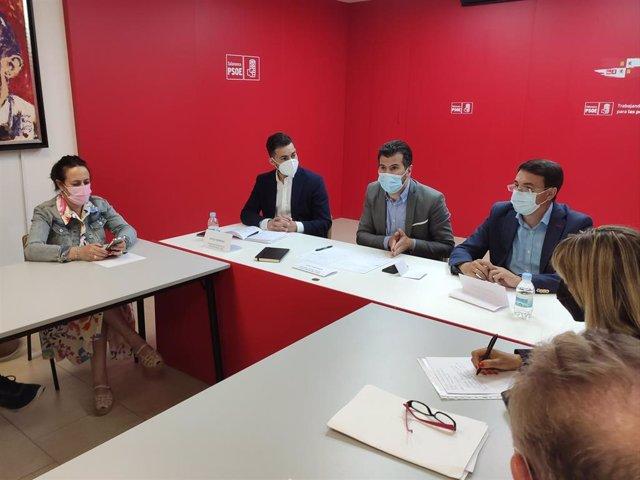 El secretario general del PSOECyL, Luis Tudanca (centro), en una reunión sobre Sanidad en Salamanca.