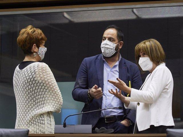 Archivo - I-D, la portavoz de EH Bildu en el Parlamento de Navarra, Bakartxo Ruiz, el portavoz del PSN, Ramón Alzórriz, y la portavoz de Geroa Bai, Uxue Barkos.