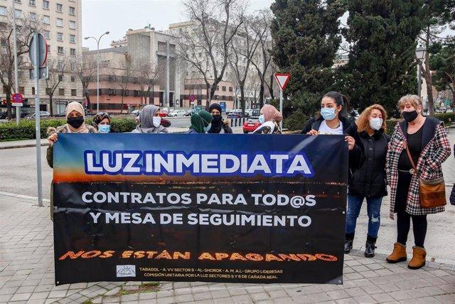 Archivo - Varias personas con una pancarta en la que se lee: `Luz inmediata, en referencia a los problemas de electricidad en la Cañada Real, durante una manifestación por el derecho a la Vivienda, en la Plaza de San Juan de La Cruz, en Madrid