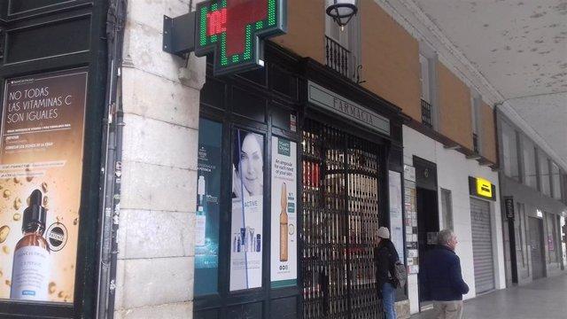 Archivo - Una farmacia atiende a clientes durante la crisis sanitaria del COVID-19.