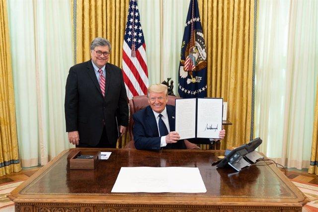 Archivo - El fiscal general de Estados Unidos, William Barr, y Donald Trump, en el Despacho Oval de la Casa Blanca.