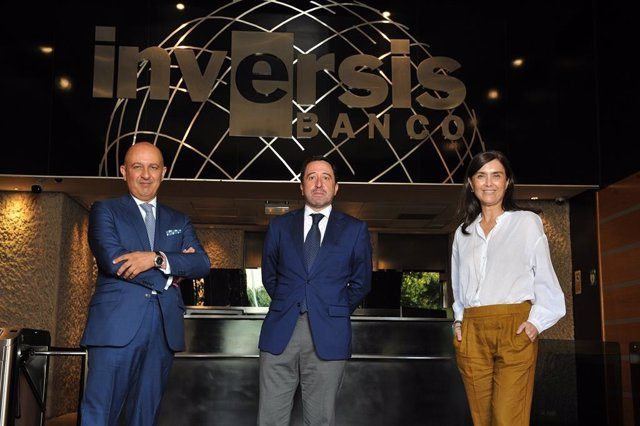 Salvador Martín, director de desarrollo internacional y corporativo de Inversis; Alberto del Cid, consejero delegado, y Ana Lledó, directora de negocio y relaciones institucionales.