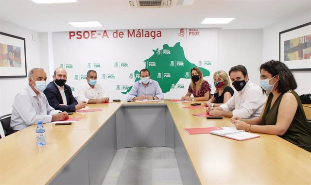 El secretario general del PSOE de Málaga, José Luis Ruiz Espejo, junto con la vicesecretaria general y secretaria de Política Municipal, Toñi García, y a los alcaldes y alcaldesas socialistas en la provincia
