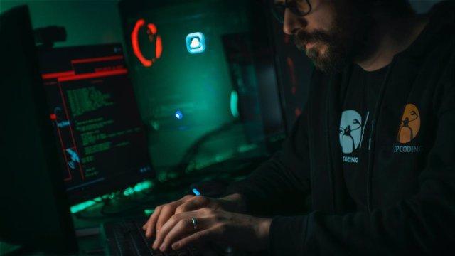 Imagen de recurso de un hombre escribiendo código informático.