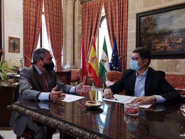 Archivo - Imagen de archivo del alcalde de Sevilla, Juan Espadas, y el portavoz de Cs, Álvaro Pimentel.