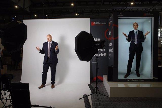 El CEO de Mobile World Capital Barcelona, Carlos Grau, amb el seu holograma