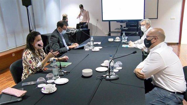 La consejera de Turismo, Industria y Comercio del Gobierno de Canarias, Yaiza Castilla, se reúne con representantes del sector de la hostelería y la restauración