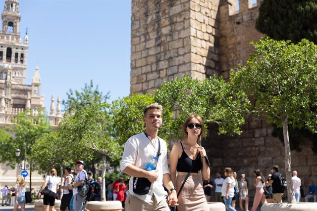 Turistas y sevillanos con y sin mascarillas por las calles de Sevilla, durante el primer día en el que no es obligado el uso de la mascarilla en exteriores desde el inicio de la pandemia, a 26 de junio de 2021, en Sevilla (Andalucía), España. El 30 de mar