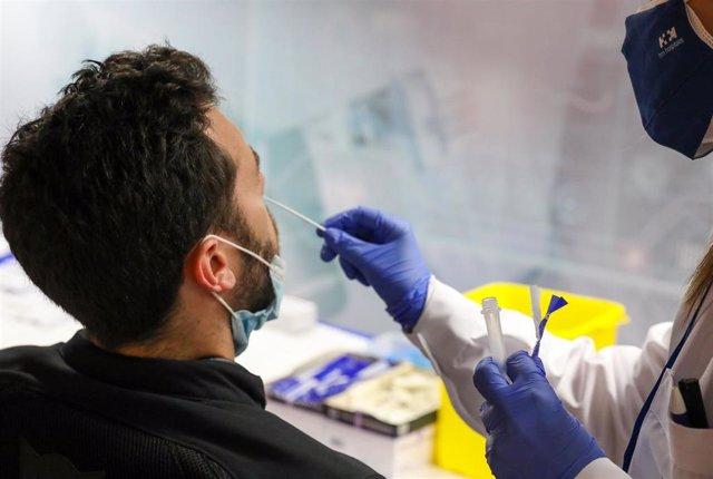 Un sanitario realiza un test de antígenos a un hombre en el intercambiador de Plaza de Castilla, a 24 de junio de 2021, en Madrid, (España). Más de 2.500 personas se han apuntado ya para hacerse un test de antígenos gratis a partir de este jueves en el in