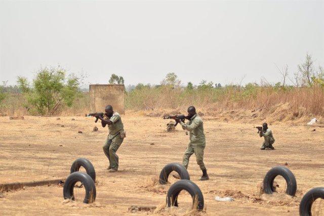 Archivo - Soldados malienses reciben entrenamiento de la misión europea EUTM Malí