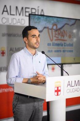 El concejal de Promoción de Almería, Carlos Sánchez, en rueda de prensa