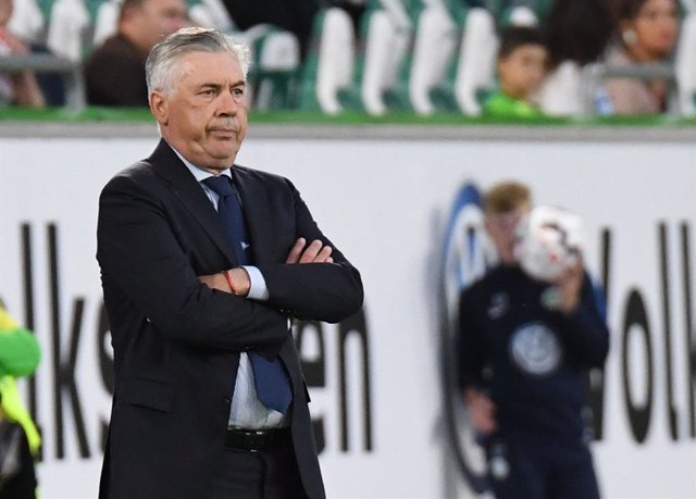Archivo - FILED - 11 August 2018, Lower Saxony, Wolfsburg: Then Napoli's manager Carlo Ancelotti watches his players in action during the club friendly soccer match between VfL Wolfsburg and SSC Napoli at the Volkswagen Arena. Ancelotti has returned for a