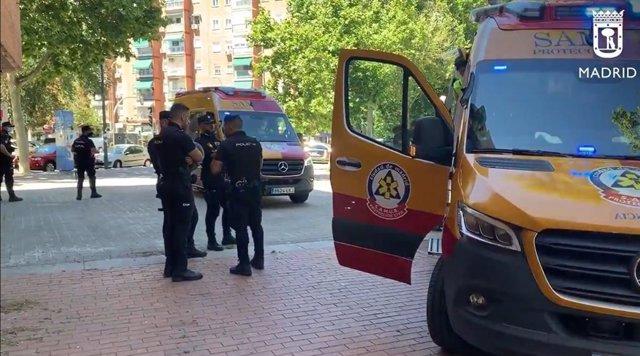 La Policía en el lugar donde se han registrado cuatro apuñalados, uno de ellos muy graves, en Puente de Vallecas