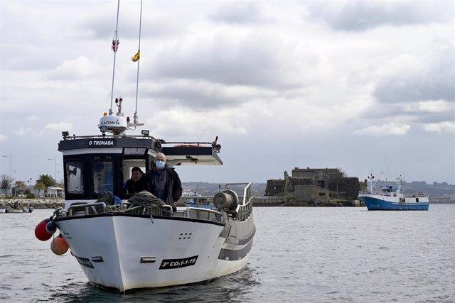 Archivo - Un barco de flota artesanal, tras la convocatoria de paro por parte de la Federación Galega de Cofradías de Pescadores en la dársena de A Marina en A Coruña, Galicia (España), a 26 de marzo de 2021. El objetivo del paro es mostrar rechazo ante e