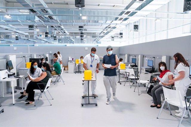 Enfermeros y pacientes en las instalaciones del Hospital público de emergencias Enfermera Isabel Zendal, a 28 de junio de 2021, en Madrid, (España).
