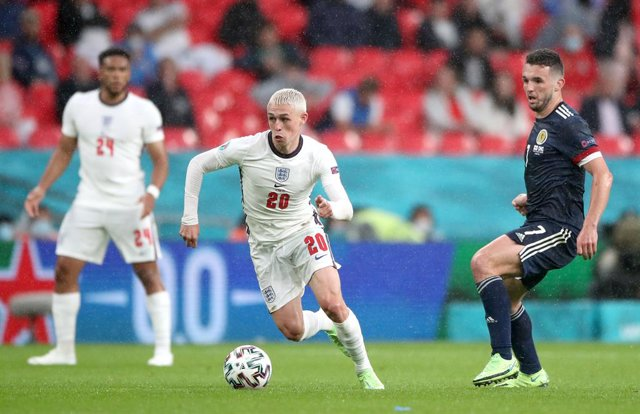 18 June 2021, United Kingdom, London: England's Phil Foden (C) controls the ball during the UEFA EURO 2020 Group D soccer match between England and Scotland at Wembley Stadium. Photo: Nick Potts/PA Wire/dpa