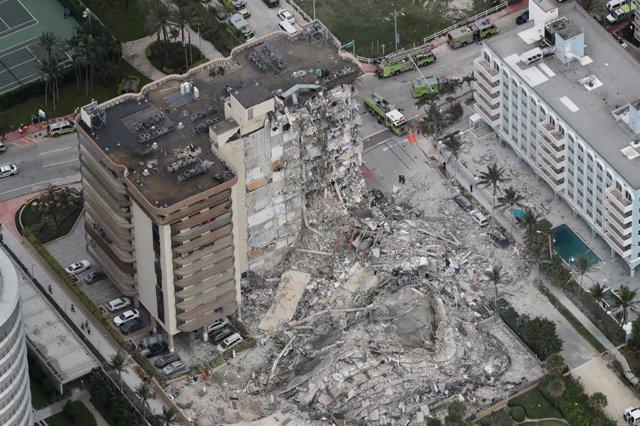 Imagen de archivo del derrumbe de un edificio de apartamenntos en Miami.