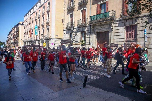 Varias personas participan en una manifestación para exigir el rescate de los animales de Laboratorios Vivotecnia, a 29 de mayo de mayo de 2021, en Madrid (España).
