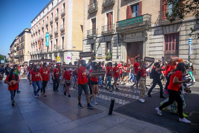 Varias personas participan en una manifestación para exigir el rescate de los animales de Laboratorios Vivotecnia, a 29 de mayo de mayo de 2021, en Madrid (España). Activistas y decenas de organizaciones animalistas se han unido este sábado para reclamar
