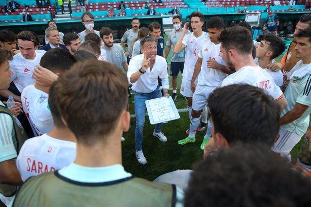 El seleccionador nacional de fútbol, Luis Enrique Martínez, alecciona a sus jugadores antes del inicio de la prórroga contra Croacia de la Eurocopa de 2020.