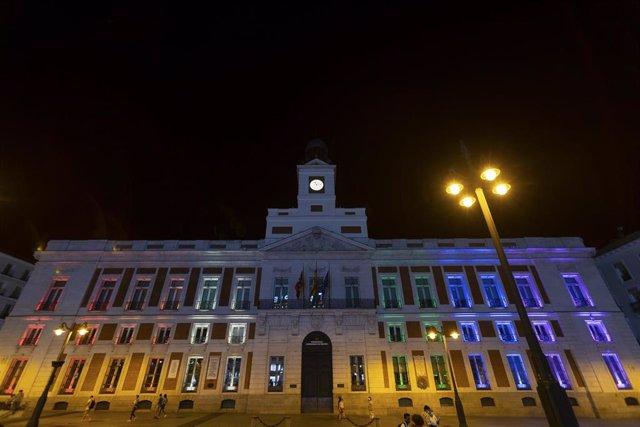 La Real Casa de Correos se ilumina con los colores del arcoíris para celebrar el Día del Orgullo LGTBI