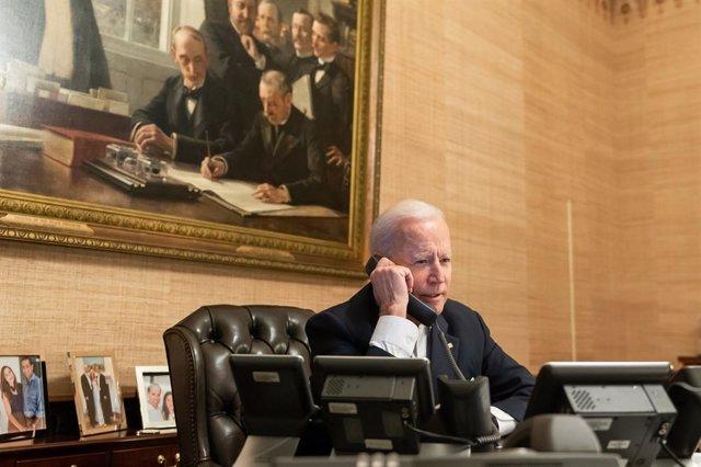 Archivo - El presidente de Estados Unidos, Joe Biden, hablando por teléfono