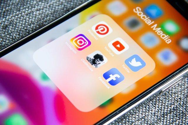 Aplicaciones de redes sociales en un móvil