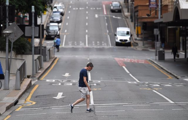 Archivo - A man is seen crossing a near empty Edward Street in the CBD of Brisbane, Tuesday, March 30, 2021. People in Greater Brisbane have been ordered into lockdown as authorities try to suppress a growing coronavirus (COVID-19) cluster of seven cases.