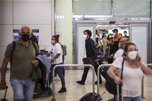 Pasajeros a su llegada a las instalaciones de la Terminal T4  del Aeropuerto Adolfo Suárez Madrid-Barajas, a 7 de junio de 2021, en Madrid, (España).