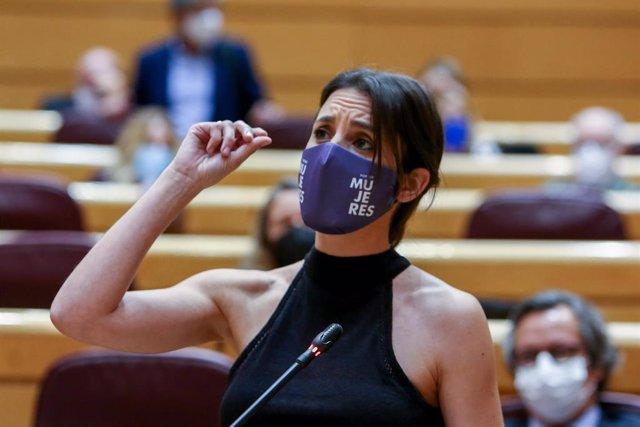 La ministra de Igualdad de Género Irene Montero interviene en una reunión de control del gobierno el 8 de junio de 2021 en el Senado de Madrid (España).  La sesión, marcada por la ausencia del Primer Ministro debido a su viaje oficial a Argentina, recorrió