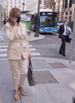 La ex secretaria general del PP y ex ministra María Dolores de Cospedal y su marido, Ignacio López del Hierro (en el extremo derecho de la foto), salen del Congreso de los Diputados, después de la comparecencia de Cospedal en la Comisión de Investigación