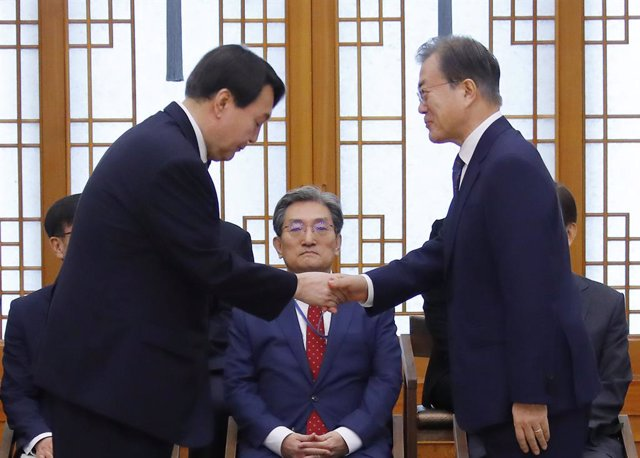 Archivo - El presidente surcoreano,Moon Jae In, junto al que fuera el fiscal general Yoon Seok Youl.