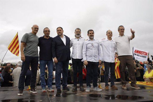 Condenados por el 'procès' posan tras salir de la prisión de LLedoners, un día después de ser indultado por el Gobierno de España.