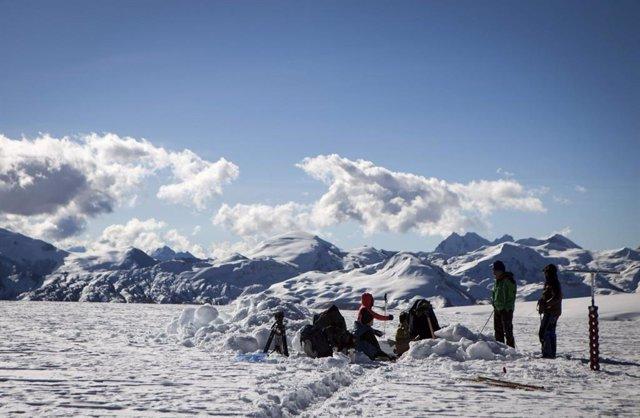 Los campos de hielo en Quelccaya en Perú se redujeron en un 46 por ciento desde 1976, cuando equipos del estado de Ohio tomaron por primera vez muestras de hielo del glaciar, hasta 2020.