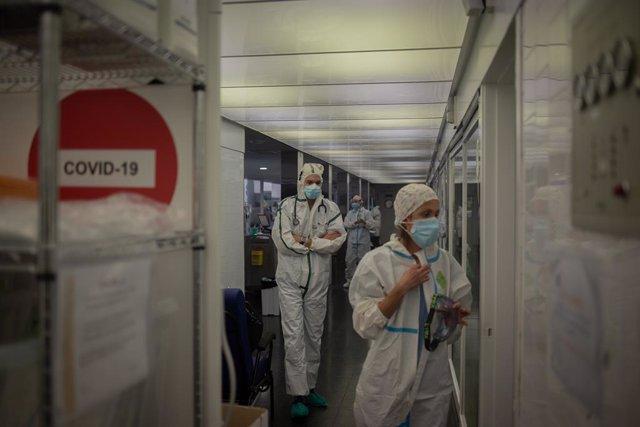 Archivo - Arxiu - Un grup de sanitaris a l'UCI
