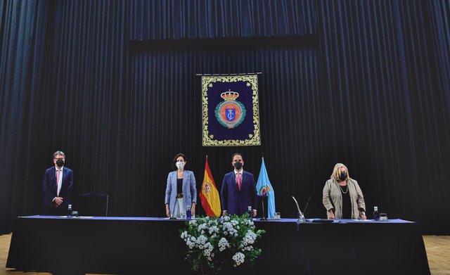 La presidenta de la Comunidad de Madrid, Isabel Díaz Ayuso; el rector de la Universidad Rey Juan Carlos (URJC), Javier Ramos; y la secretaria general de la URJC, Pilar Charro; en el acto de toma de posesión de Ramos para dicho cargo
