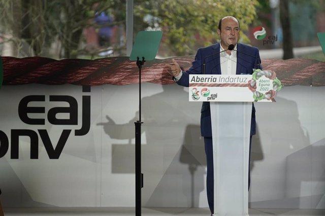 Archivo - El presidente del PNV, Andoni Ortuzar, interviene durante la celebración del Aberri Eguna