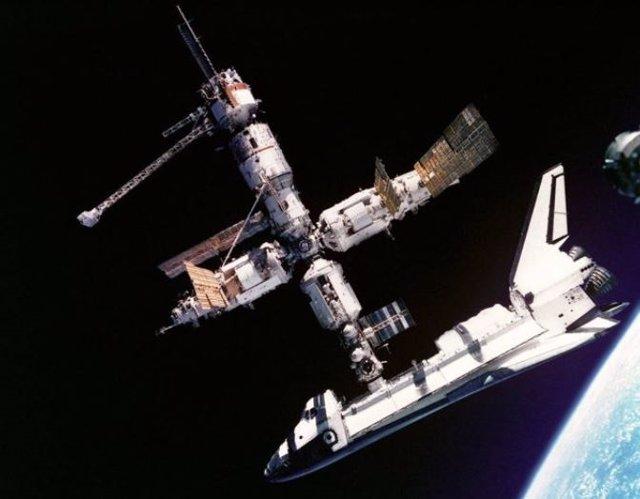 Imagen del transbordador Atlantis atracado en la estación espacial Mir